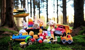 speelgoed van hout, gerecycled kunststof, natuurrubber en biologisch katoen.